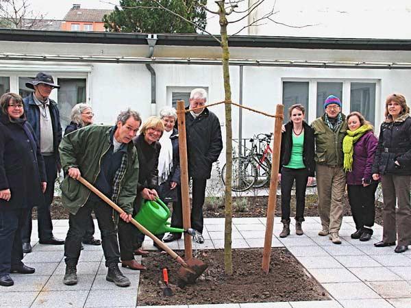 Zur symbolischen Pflanzung einer Gleditschie schwingt unser Gartenbaumeister die Schaufel für die Presse. Die Nachbarn und alle maßgeblich an der Umgestaltung des Hofes beteiligten Personen sind auch eingeladen.