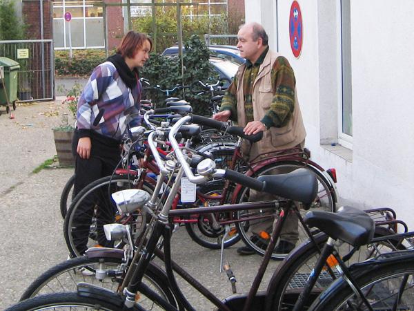 Im Innenhof der Peter-Lautenstr. 19 vor dem Emmaus Wiederverwendungsmarkt finden Sie unser reichhaltiges Angebot an guten Gebrauchträdern.